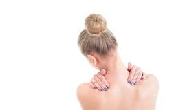 Donna nuda con dolore al collo Vista posteriore Studio sparato sulla parte posteriore di bianco Immagini Stock