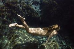 Donna nuda subacquea. Fotografia Stock