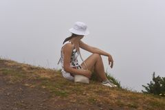 Donna in nuvole sull'isola del Madera fotografia stock