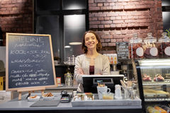 Donna o cameriera al banco felice al contatore del caffè Fotografia Stock Libera da Diritti