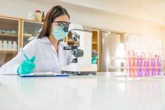 Donna o chimico di medico che lavora con il microscopio Fotografia Stock Libera da Diritti