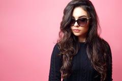 Donna o ragazza abbastanza sexy dei giovani con gli occhiali da sole d'uso dei capelli castana lunghi e del fronte sveglio ed il  Fotografie Stock