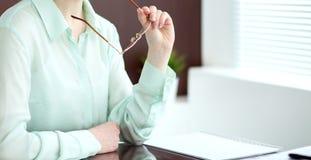 Donna o segretario di affari che si siede allo scrittorio nell'ufficio Il verde ha tonificato l'immagine Immagine Stock Libera da Diritti