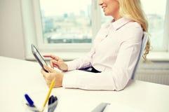 Donna o studente sorridente di affari con il pc della compressa Immagine Stock Libera da Diritti