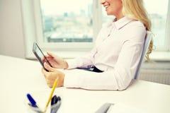 Donna o studente sorridente di affari con il pc della compressa Immagini Stock