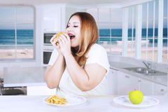 Donna obesa che decide di mangiare alimenti industriali Fotografie Stock