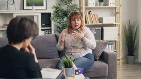 Donna obesa infelice che dice psicologo circa i problemi personali durante la sessione stock footage