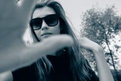 Donna in occhiali da sole immagine stock