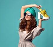 Donna in occhiali da sole moderni degli occhi di gatto con la scarpa gialla bianca immagini stock