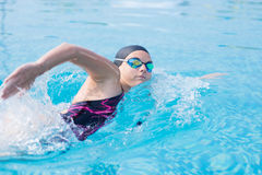 Donna in occhiali di protezione che nuota stile di movimento strisciante anteriore Fotografia Stock