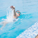 Donna in occhiali di protezione che nuota stile di movimento strisciante anteriore Fotografie Stock Libere da Diritti