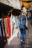 Donna occidentale di viaggiatore con zaino e sacco a pelo che esplora l'India immagine stock libera da diritti