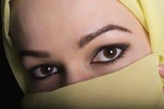 Donna orientale dei bei occhi misteriosi del primo piano che indossa un hijab Immagine Stock