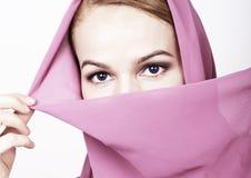 Donna orientale dei bei occhi misteriosi del primo piano che indossa un hijab Fotografie Stock