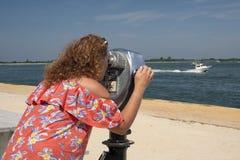 Donna osservando con binoculare a gettoni Fotografia Stock Libera da Diritti