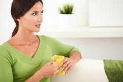 Donna pacifica che tiene una tazza gialla Immagine Stock