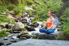 Donna in Padmasana all'aperto Fotografie Stock