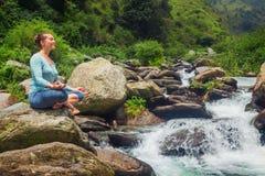 Donna in Padmasana all'aperto fotografia stock libera da diritti