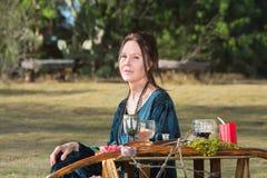 Donna pagana che si siede all'aperto Fotografia Stock Libera da Diritti