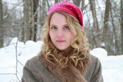 Donna a paillettes rosa di inverno del rivestimento della pelliccia e del berretto Fotografia Stock