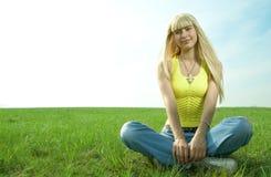 Donna in palma della mano della stretta del campo in su Fotografia Stock