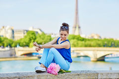 Donna parigina sul ponte di Alexandre III a Parigi Immagini Stock