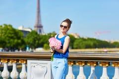 Donna parigina sul ponte di Alexandre III a Parigi Fotografie Stock