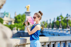 Donna parigina sul ponte di Alexandre III a Parigi Immagini Stock Libere da Diritti