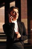Donna parlante mobile Fotografia Stock