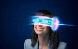 Donna a partire da futuro con i vetri alta tecnologia dello smartphone Immagine Stock Libera da Diritti