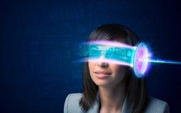 Donna a partire da futuro con i vetri alta tecnologia dello smartphone Fotografia Stock Libera da Diritti