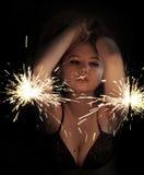 Donna Partying con gli sparklers Fotografia Stock Libera da Diritti