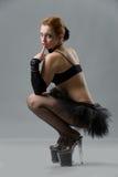 Donna in pattini degli alti talloni e pannello esterno di scarsità nero Immagini Stock