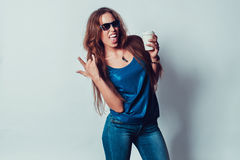 Donna pazza in occhiali da sole che mostrano la roccia della lingua sopra fotografia stock