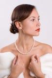 Donna in pelliccia con le perle Immagine Stock