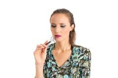 Donna pensierosa con una penna È bionda e bella Immagini Stock Libere da Diritti