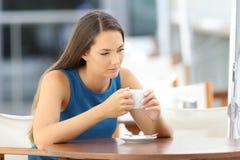 Donna pensierosa desiderante in una caffetteria Immagini Stock