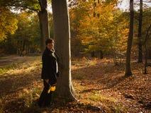 Donna pensierosa nella foresta di autunno da solo Fotografia Stock