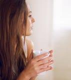 Donna pensierosa in un umore calmo Fotografia Stock