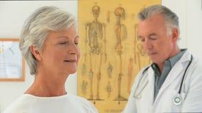 Donna pensionata con il suo medico video d archivio