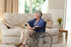 Donna pensionata in sua sedia a rotelle Immagine Stock Libera da Diritti