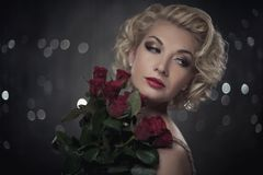 Donna Pensive con fiori Fotografia Stock Libera da Diritti