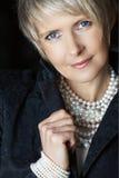 Donna in perle nel suo 40s immagini stock