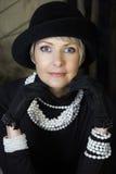 Donna in perle nel suo 40s fotografia stock libera da diritti