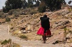 Donna peruviana in abbigliamento tradizionale fotografia stock