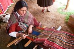 Donna peruviana che fa lana tradizionale Immagini Stock