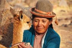 Donna peruviana con il suo vicugna Fotografia Stock Libera da Diritti