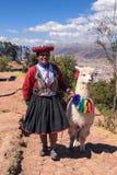 Donna peruviana con la lama in Cusco Fotografie Stock
