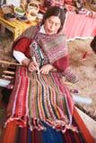 Donna peruviana con la lana di inca Fotografia Stock