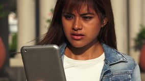 Donna peruviana confusa con la compressa rotta archivi video